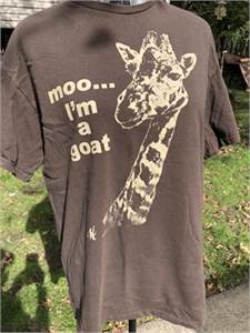 Giraffe T-shirt, Dark brown, Size large, Preowned, Short sleeve shipping available